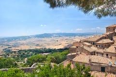 Mening van het Toscaanse platteland van stad Volterra Royalty-vrije Stock Foto