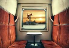 Mening van het Treinvenster op de olie en gasinstallatie royalty-vrije stock afbeelding