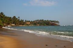 Mening van het tropische strand met golven die op een kust breken royalty-vrije stock foto's