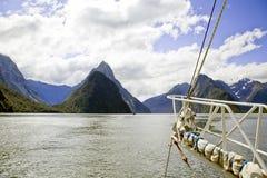 Mening van het varen de Geluiden Nieuw Zeeland van bootMilford Stock Fotografie