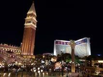 mening van het Venetiaanse Hotel in de stad van Las Vegas bij nacht stock afbeeldingen