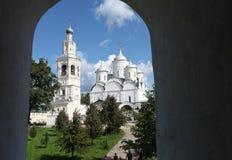Mening van het venster aan het klooster Stock Foto's