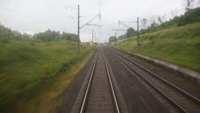 Mening van het venster van de laatste treinauto aan de spoorweg stock footage