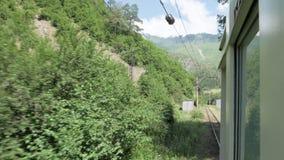 Mening van het venster in retro trin in bergen - Georgië stock videobeelden