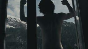 Mening van het venster van de bergen tijd-tijdspanne stock footage