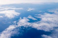 mening van het venster van een vliegtuig die in de wolken, bovenkant vi vliegen stock foto