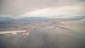 Mening van het venster van het vliegtuig aan de stad van Manilla filippijnen Royalty-vrije Stock Foto