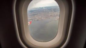 Mening van het venster van het vliegtuig aan de stad van Manilla filippijnen stock foto