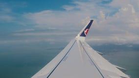 Mening van het venster van het vliegtuig Vleugel van een vliegtuig dat boven de wolken vliegt Het reizen door de lucht stock video