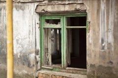 Mening van het verlaten politiebureau, de huizen van de oostelijke Oekraïne na de oorlog, Kramatorsk Stock Foto
