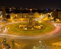 Mening van het vierkant van Spanje in Barcelona bij nacht stock fotografie