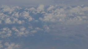 Mening van het vliegtuig aan de hemel en wolken tijdens de vlucht stock footage