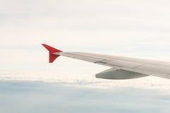 Mening van het vliegtuig op de vleugel en de wolken Royalty-vrije Stock Foto's