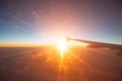 Mening van het vliegtuig op een mooie oranje zonsondergang Stock Foto's