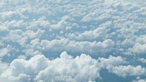 Mening van het vliegtuig Wolken bij een hoogte verscheidene kilometers stock video
