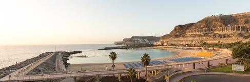 Mening van het volledige Playa DE Amadores baaistrand op het eiland van Gran Canaria in Spanje stock foto's