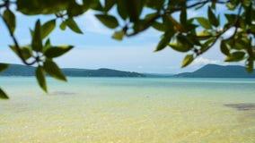 Mening van het zonnige tropische strand van de eiland Saracene Baai stock footage