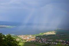 Mening van heuvelig landschap van Palava met bossen, rotsen en meer Nove Mlyny in Zuid-Moravië onder de hemel met wolken stock foto's