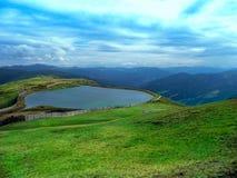 Mening van hierboven Alpien landschap met een bergmeer royalty-vrije stock afbeeldingen