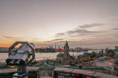 Mening van hierboven bij de Haven van Hamburg in de avond stock fotografie