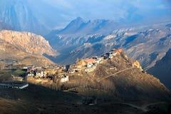 Mening van hierboven in de buurt van Muktinath-dorp in de Himalayan-bergen nepal Royalty-vrije Stock Afbeelding