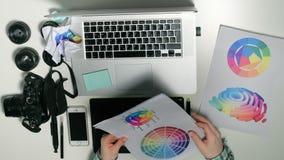 Mening van hierboven De mens is een fotograaf die aan zijn grafische tablet in een ontwerpstudio werken stock videobeelden