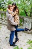 Mening van hierboven Een houdend van jong paar die in een park in de herfst koesteren royalty-vrije stock foto