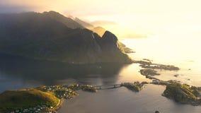 Mening van hierboven van het dorp van Reine in de Lofoten-Eilanden stock videobeelden