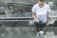 Mening van hierboven Jonge vrouw die en smartphone bevinden zich gebruiken stock afbeeldingen
