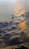 Mening van hierboven met wolken en overzeese bezinningen Stock Fotografie