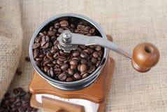 Mening van hierboven over de koffiebonen in een nostalgische koffiemolen stock foto