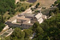 Mening van hierboven over het klooster Abbaye Notre-Dame DE Senanque, Frankrijk Stock Foto's