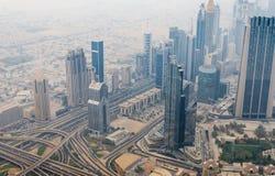 Mening van hierboven van skyscrappers en weg in Doubai de stad in Royalty-vrije Stock Foto's