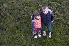 Mening van hierboven van twee leuke kinderen in vrijetijdskledingsjongen en g Royalty-vrije Stock Afbeelding