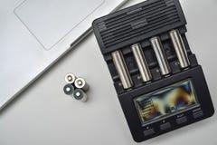Mening van hierboven van batterijlader met navulbare batterijen Royalty-vrije Stock Foto