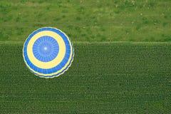 Mening van hierboven van hete luchtballon Royalty-vrije Stock Afbeeldingen
