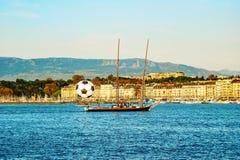 Mening van historisch centrum van Genève met een groot voetbalbal en y Stock Fotografie