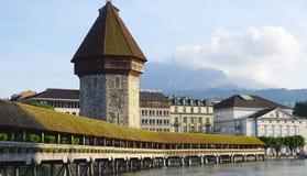 Mening van historische houten Kapelbrug in Luzerne Royalty-vrije Stock Afbeelding