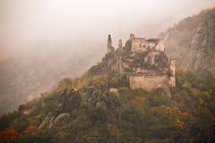 Mening van historische kasteelruïne, de kleurrijke herfst Stock Foto's