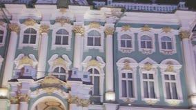 Mening van historische Kluis in Heilige Petersburg op Paleisvierkant avond flitslichten stock video