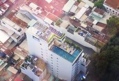 Mening van Ho Chi Minh-stad, Vietnam vanaf de bovenkant Het zwembad is op het dak van een gebouw Stock Foto