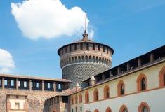 Mening van Hoektoren van werf van Sforza-Kasteel, Milaan, Italië Stock Foto's