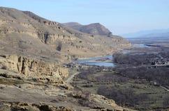 Mening van hoge rotsachtige linkeroever van de Mtkvari-Rivier, Georgië Stock Afbeelding
