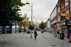 Mening van Hoofdstraat in Slough, met historische gebouwen, commerci Stock Foto