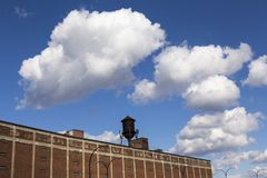 Mening van hoogste verhaal van de industriële baksteenbouw met watertoren royalty-vrije stock fotografie