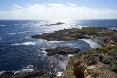 Mening van hoogte boven een inham naar de uiterst kleine eilanden van de vogelhabitat stock afbeelding