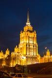 Mening van Hotel de Oekraïne op Dijk van de Moskva-Rivier bij nacht in 14 Juni, 2012 in Moskou, Rusland Stock Foto