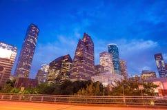 Mening van Houston van de binnenstad bij schemering met wolkenkrabber Stock Fotografie