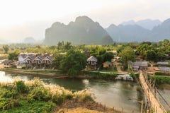 Mening van houten brug over rivierlied, Vang vieng, Laos. Royalty-vrije Stock Afbeelding