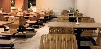 Mening van houten lijst met vast vier houten stoelen Royalty-vrije Stock Afbeelding